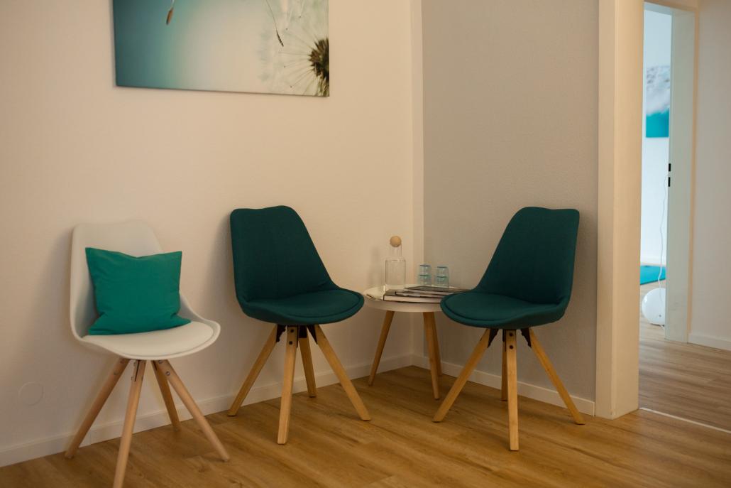 Wartebereich mit weiteren Stühlen